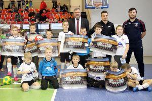 Sławomir Peszko w Kiełpinie. Podczas turnieju Kartuzy Futsal Cup pozował do zdjęć i rozdawał autografy