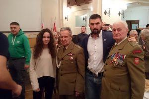 Przedstawiciele Rebelii Kartuzy i Kaszubskiego Centrum Sportów Walki na wigilijnym spotkaniu z kombatantami