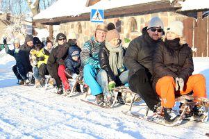 Kuligi w Szymbarku ruszyły na dobre. Mnóstwo śniegu i piękna pogoda zachęcają do przejażdżek na sankach