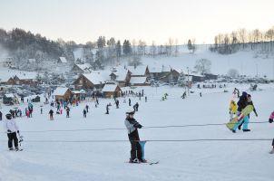 Tłumy narciarzy na stokach w Wieżycy, od soboty otwarte też ośrodki w Kosowie, Amalce i Trzepowie
