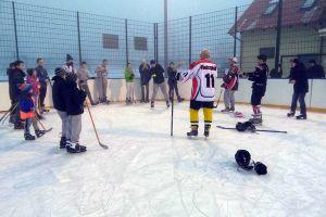 Hokeiści z drużyny Marvin's Oliwa Hockey Team na lodowisku w Sierakowicach. Przeprowadzili trening, pokazali sprzęt, zagrali mecz