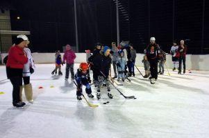 Treningi hokejowe na lodowisku w Sierakowicach. W sobotę kolejne spotkanie z Łukaszem Piaszczyńskim