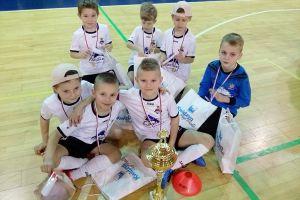 Najmłodsi zawodnicy FC Kartuzy wygrali turniej halowy Supra Cup w Kwidzynie i zgarnęli wszystkie nagrody indywidualne