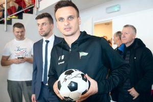 Zdobądź piłkę z autografem Sławomira Peszki. Prezent od portalu SportNaKaszubach.pl z okazji 2000 lajków