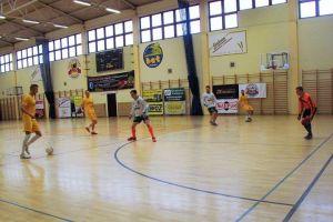 Sierpasz Sierakowice pokonał We - Met Team w meczu na szczycie ligi halowej w Sierakowicach. W niedzielę ostatnia kolejka