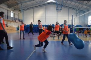 I Gminny Turniej Międzyszkolny Fistaszkowe Rozgrywki w Chmielnie. Zawody w grze gumowym orzeszkiem ziemnym
