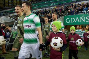 Młodzi piłkarze FC Kartuzy na meczu Lechia Gdańsk - Legia Warszawa. Kibicowali i eskortowali piłkarzy w hicie ekstraklasy