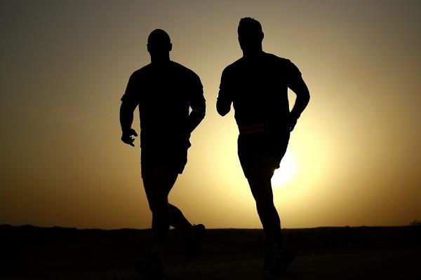 bieganie_biegacze_biegi_zachod_slonca.jpg