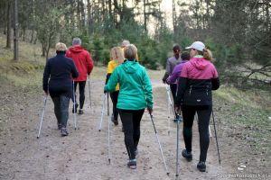 Wracają bezpłatne zajęcia nordic walking w Żukowie. W piątek pierwszy w tym roku marsz z OKiS-em i Sebastianem Formelą