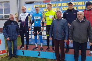 Artur Sowiński na podium czasówki podczas I serii Pucharu Polski w Kolarstwie Szosowym w Warlubiu