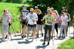 Marsz Nordic Walking z Kaszubskim Zakątkiem 2017. Spędzili aktywnie niedzielę i poznali okolice Piotrowa