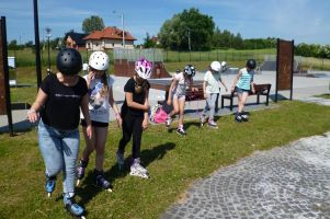 Aktywni = bezpieczni w gminie Żukowo. Gimnazjaliści rozpoczęli wakacje od półkolonii z rowerami i rolkami