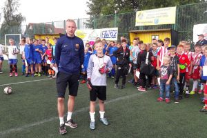 Turnieje szóstek piłkarskich Wakacje na Sportowo w Sierakowicach. Zagrało trzynaście drużyn z dwóch roczników