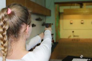 Dzień otwarty strzelnicy w Kartuzach z okazji Dnia Dziecka. Można zobaczyć trening i samemu postrzelać