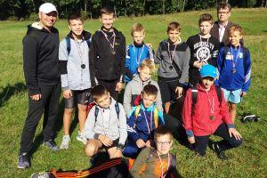 Uczniowie szkół podstawowych i klas gimnazjalnych z gminy Kartuzy rywalizowali w sztafetowych biegach przełajowych
