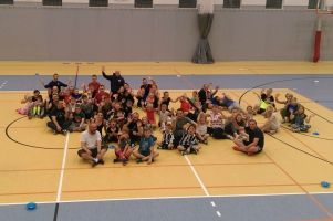 Dzieci wraz z dorosłymi bawili się i szkolili na zajęciach