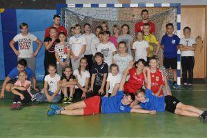 Zawodnicy SPR GKS Żukowo na pokazowym treningu w Szkole Podstawowej nr 1 w Żukowie