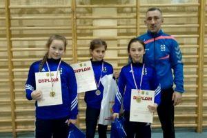 Dominika Konkel, Paulina Reiter i Aurelia Godzińska z Cartusii Kartuzy na podium turnieju w Osielsku