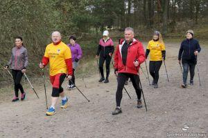 Bezpłatne zajęcia nordic walking w Żukowie. Marsze z kijami i instruktorem w każdy piątek w Parku nad Jeziorkiem