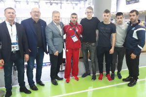Edward Barsegjan wśród trenerów reprezentacji na Młodzieżowych Mistrzostwach Świata w Zapasach w Bydgoszczy