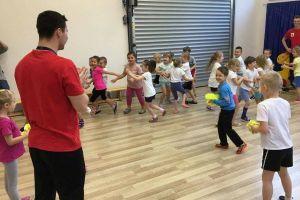 Żukowscy szczypiorniści przeprowadzili trening dla przedszkolaków z Kogucika