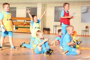 Nietypowy trening FC Kartuzy. Młodzi zawodnicy zagrali z tatusiami i mamami z okazji Dnia Dziecka i zakończenia sezonu