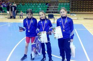 Dominika Konkel, Aurelia Godzińska i Paulina Reiter na podium zapaśniczych zawodów w Świeciu