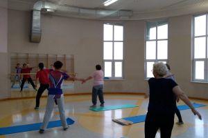 Panie ćwiczyły na zajęciach gimnastycznych Akademii Seniora