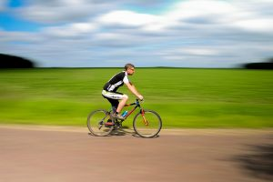 rower_jazda_na_rowerze_rowerzysta_bokeh.jpg