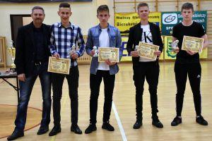 Halowa Ligi Piłki Nożnej Sierakowice 2017/2018 zakończona. We - Met, Brzescy i Rulis na podium