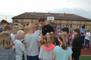Szymon Sajnok z wizytą u młodych kibiców w Szkole Podstawowej w Staniszewie