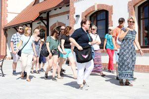 Letnie spacery po Kartuzach z przewodnikiem. Turyści i mieszkańcy poznają miasto i jego historię