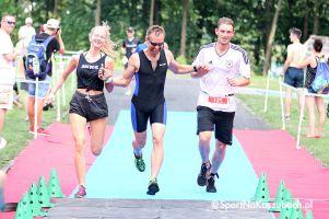 Uczestnicy Triathlonu Chmielno podczas biegu i na mecie