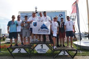 Załoga SEN749 z KKS Kartuzy ze złotem Mistrzostw Polski Jachtów Kabinowych 2018 w Giżycku