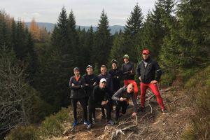 Trener Krzysztof Król oraz biegacze z Żukowa i Cartusii na zgrupowaniu kadry narodowej w Jakuszycach
