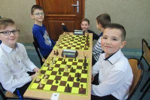 Mali i duzi szachiści z powiatu zagrali w Mściszewicach
