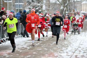 Zdjęcia z mety biegu głównego Santa Run Kartuzy