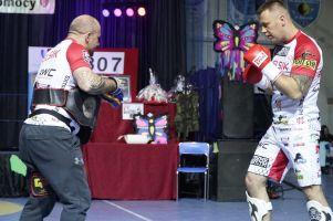 Artur Bizewski dał pokaz umiejętności i zlicytował pas podczas finału WOŚP w Żukowie