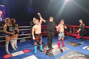 Kamil Mateja wygrywa na gali Pałuska Kickboxing Night 4. Zobacz, jak ciosem kolanem z wyskoku znokautował rywala