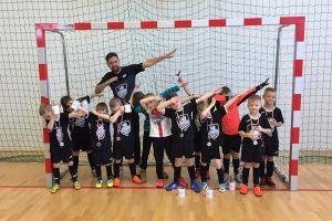 Młodzi piłkarze APK Jedynka Kartuzy rozegrali swoje pierwsze turnieje