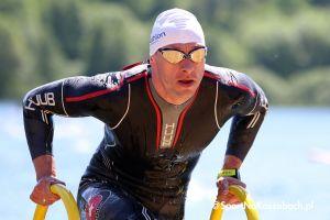 Triathlon i duathlon na Złotej Górze - starty i pływanie na zdjęciach