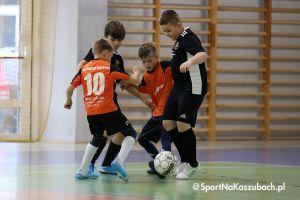 Halowa Liga Juniorów w Kiełpinie. Zespoły roczników 2008 i 2010 rozegrały druga kolejkę spotkań
