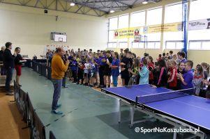 Dzieci, młodzież i dorośli zagrali w tenisa stołowego w Miechucinie