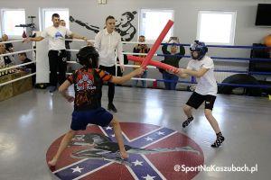 Dzieci walczyły na macie i w ringu w Pucharze Burmistrza Kartuz w BJJ i Stoft - Stick w KCSW