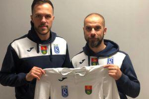 Koszulka Raduni Stężyca z podpisami piłkarzy do zlicytowania na WOŚP