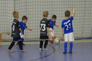 Osiem drużyn zagrało w Turnieju Piłki Nożnej Halowej rocznika 2015 w Kiełpinie