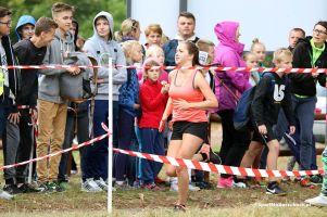 Biegi Brzegami Raduni 2016. Ponad 500 uczniów pobiegło w Sarnim Dworze pod Somoninem
